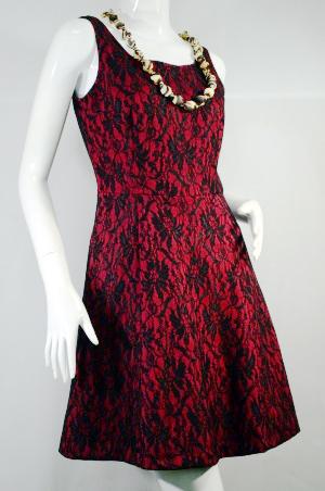 LOLITA ชุดเดรสสั้น แขนกุด งานผ้าลูกไม้อัดทับผ้ายืด ลายลูกไม้ สีดำแดง มีซิบหลัง ซับใน