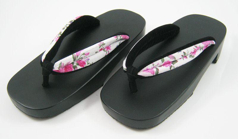 New Geta-09 รองเท้าเกี๊ยะทรงเตี๊ย ไม้สีดำ เชือกขาวดอกไม้ชมพู