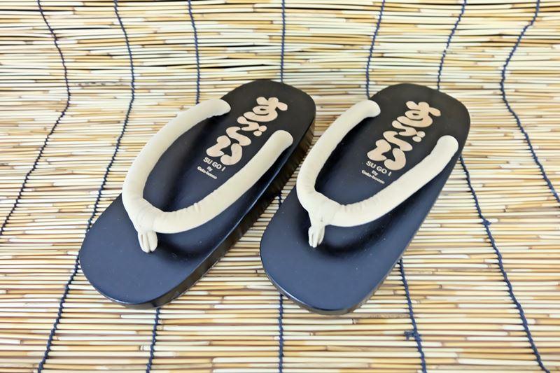 SUGOI-010 รองเท้าเกี๊ยะไม้ดำเชือกสีครีม