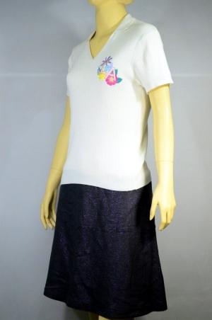 LYN AROUND เสื้อยืดคอวีมีปก สีขาว มีปักที่อกซ้าย