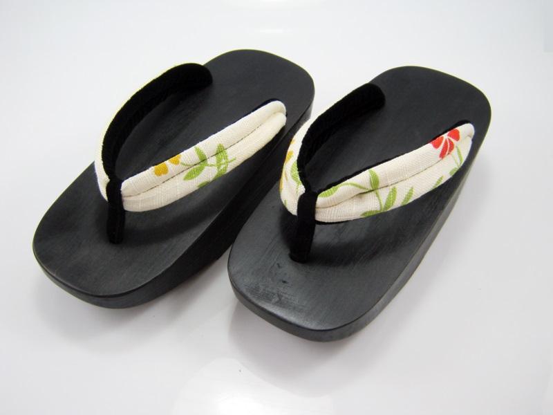 Fit Geta-20 รองเท้าเกี๊ยะไม้ดำเชือกขาวลายดอกไม้