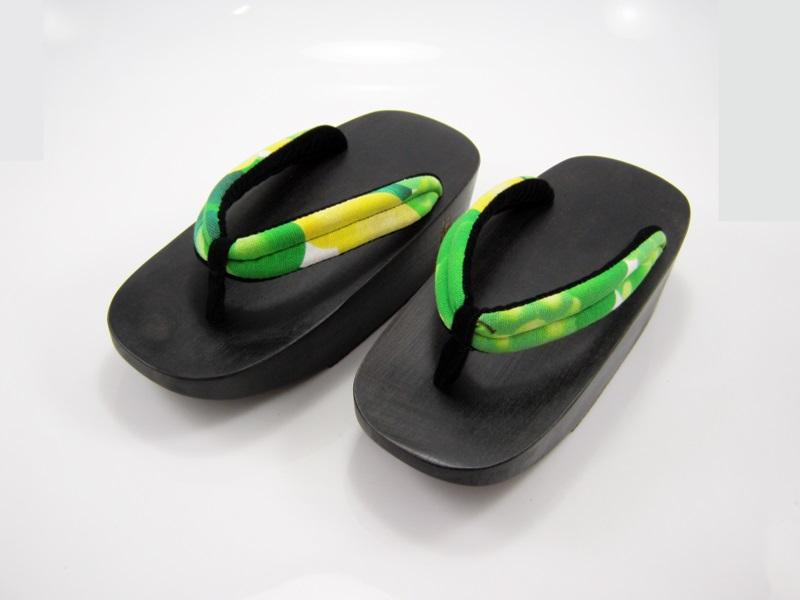 Fit Geta-18 รองเท้าเกี๊ยะไม้ดำเชือกเหลืองเขียวลายดอกไม้