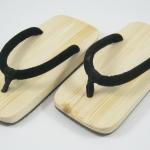 Slim Geta-01 รองเท้าเกี๊ยะแบบเรียบไม้ธรรมชาติ เชือกสีดำ