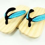 Geta-010 รองเท้าเกี๊ยะไม้ธรรมชาติ เชือกสีฟ้าเข้ม ลายดอกไม้
