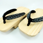 Geta-011 รองเท้าเกี๊ยะไม้ธรรมชาติ เชือกสีเทา ลายดอกไม้