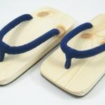 Slim Geta-03 รองเท้าเกี๊ยะแบบเรียบไม้ธรรมชาติ เชือกสีน้ำเงิน