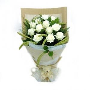 ช่อกุหลาบขาววาเลนไทน์ 12 ดอกพร้อมหมีน้อย