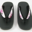New Geta-09 รองเท้าเกี๊ยะทรงเตี๊ย ไม้สีดำ เชือกขาวดอกไม้ชมพู thumbnail 2